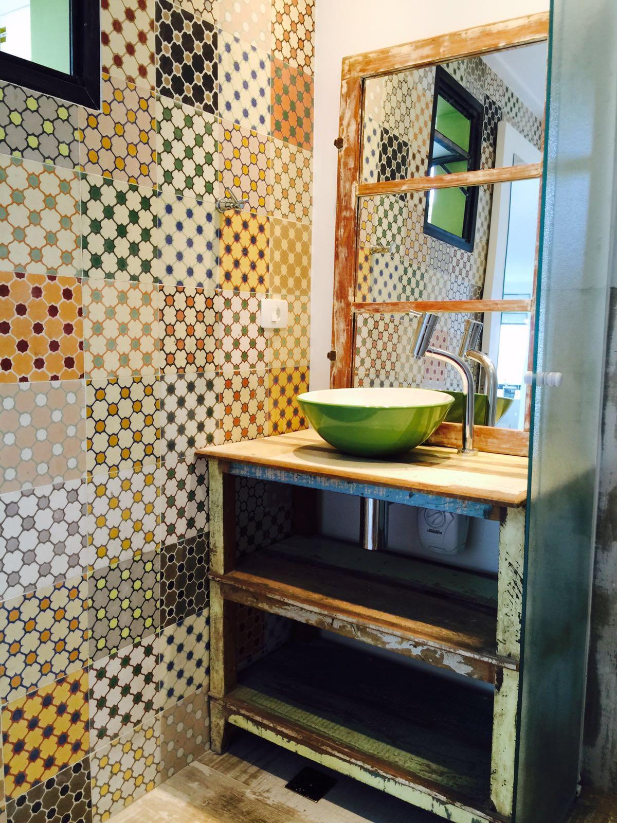 no banheiro tem: espelho de janela de demolição! – Na casa do  #9D6F2E 1200 1600
