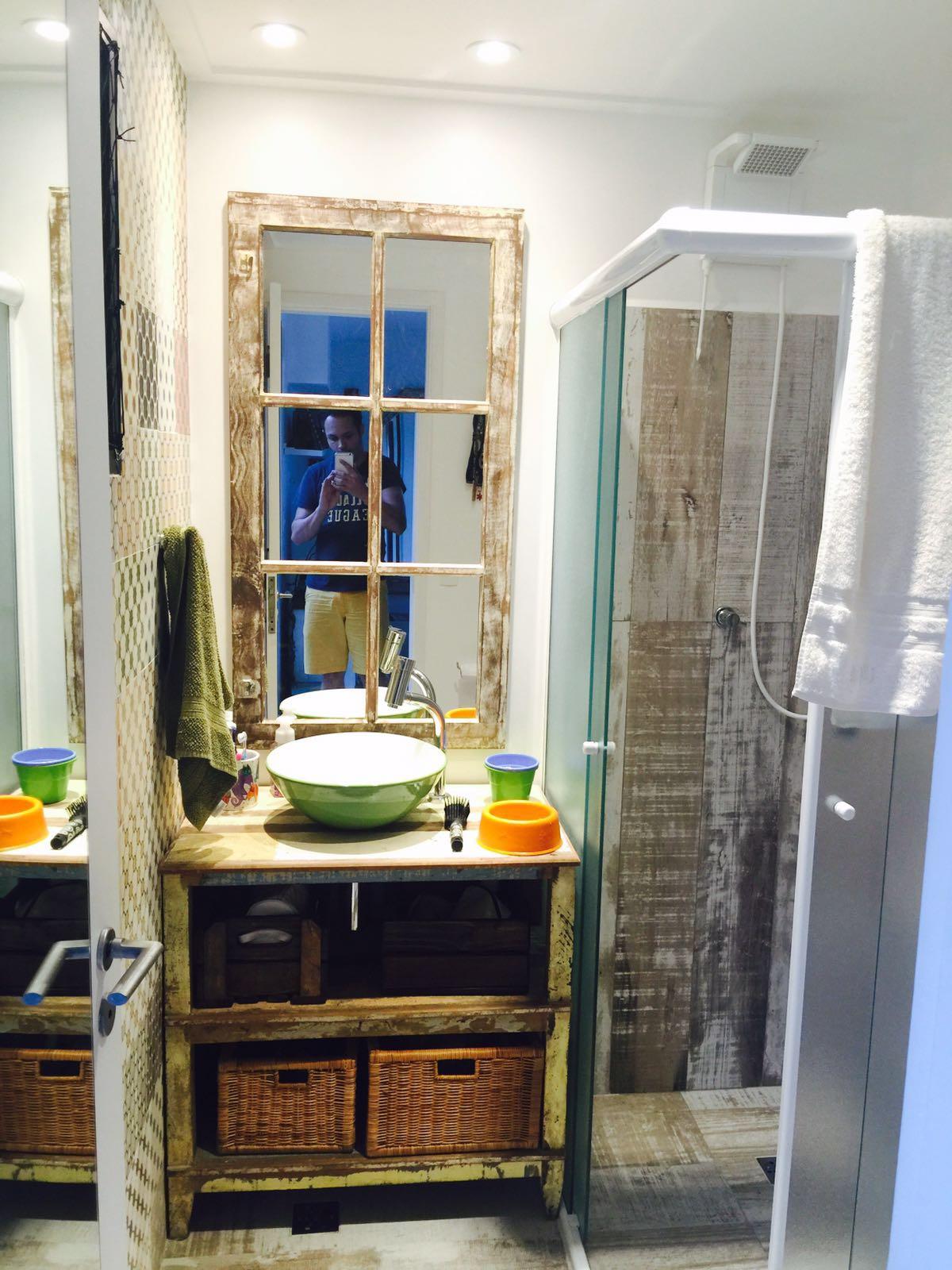 no banheiro tem: espelho de janela de demolição! – Na casa do  #2655A5 1200 1600